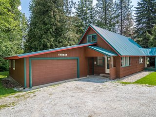 Charming, dog-friendly house in the woods w/private hot tub & mountain views!