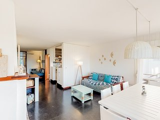 Cozy family apartment with private balcony and ocean views - dogs welcome!
