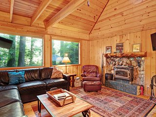 Private, dog-friendly retreat w/main home and two cabin w/ 12-person hot tub!