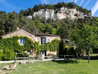 A lovely and charming 300 year old stone house in the the prehistoric area