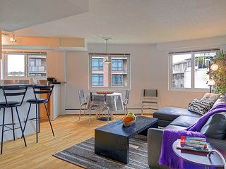 Lovely flat near the Space Needle and w/ a Walk Score of 97!