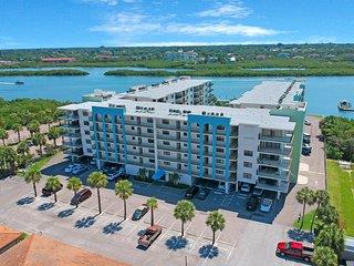Light & airy condo w/balcony, shared pool, hot tub & beach access