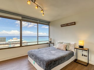 High-rise studio near beach w/ ocean views, pool & hot tub! 30+ night rental