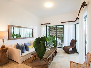 Breezy, new apartment w/ terrace & shared pools/spa/gym - steps to the beach!