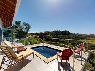 Amazing sea views & a private pool - great for couples, walk to the beach!