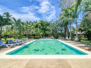 Relaxing villa with shared pool, great location & access to the beach!