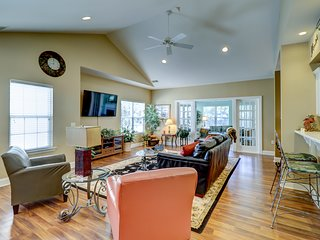 Bright open home w/ shared pool, on-site golf & tennis, & beach access!