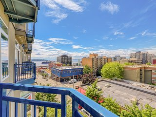 Downtown condo w/ gorgeous city views, shared hot tub, pool, and roof deck