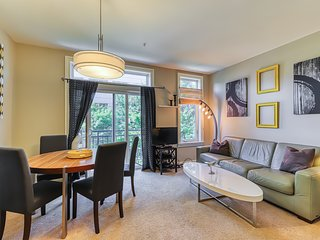 Space Needle view apartment w/ shared hot tub and pool!