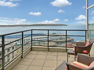 Stunning penthouse w/ bay views, shared hot tub, & fitness center