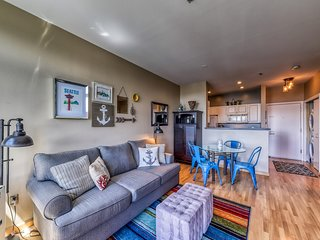 NEW LISTING! Lovely studio 8-minute walk to space needle, shared hot tub & pool!