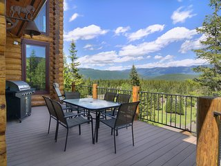 NEW LISTING! Luxurious lodge w/ gorgeous mountain views and a private hot tub