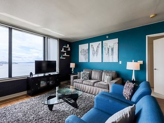 Gorgeous suite 2 blocks from Pike Place Market, features community pool!
