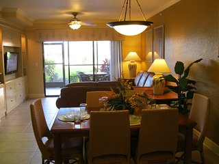 *Special Holiday Getaway* 2-Bedroom at Luxurious Lakefront Resort in Disney Area