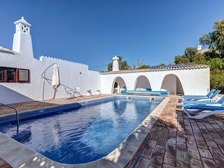 4 bedroom villa just a short walk from Carvoeiro Center with private pool
