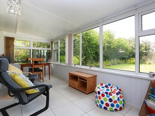 BOURNECOAST: LOVELY BUNGALOW-CONSERVATORY, GARDEN, SUMMER HOUSE & PARKING-HB6251