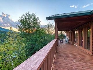 Spacious cabin w/private hot tub, game room, shared seasonal pool