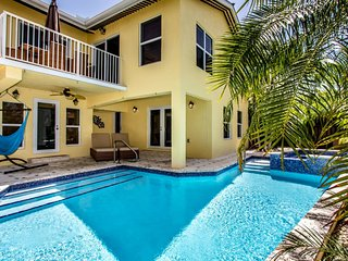 Sweet Retreat! 4 bedroom 2.5 Baths Sombrero Beach w Pool & Jacuzzi, 37 dock and