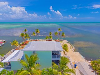 Waves of the Sea 3bed/2bath with dockage & Cabana Club