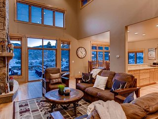 Aspen View Estate: Private Hot Tub, Firepit, Pool Table, Shuffleboard & More!