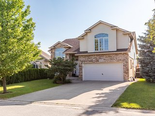 Simply Comfort. Modern and Spacious 3 Bed 3 Bath House in Niagara.