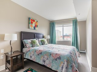 Simply Comfort. Blooming 1bd+den in Downtown