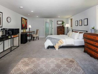 West Hills Perfection, 3 Miles to Pearl District, 4 Miles to Downtown Portland,