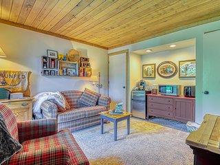 NEW LISTING! Cozy condo w/deck & shared pool/hot tub/sauna -walk to lifts/golf