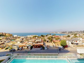 Comodo depto. con vista al mar y piscina - Cozy apt. with oceanview & pool