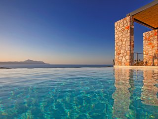 Luxurious Villa, free heated pool,secret beach, gym, amazing sea view