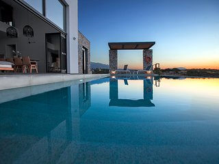 Luxurious Villa, free heated pool,secret beach, gym, amazing sea view