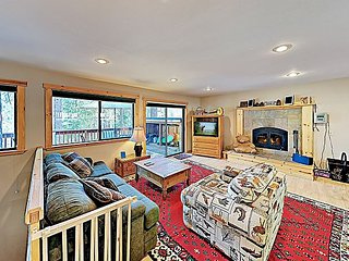 Peaceful Home w/ Fireplace, Deck & Donner Lake Views, Near Downtown Trucke