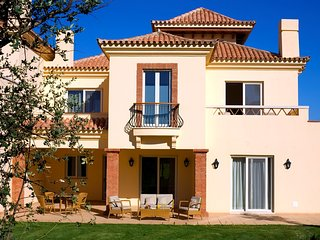 2 bedroom Villa with Pool, Air Con, WiFi and Walk to Shops - 5620840