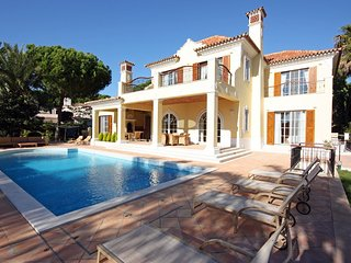 5 bedroom Villa with Pool, Air Con, WiFi and Walk to Shops - 5620968