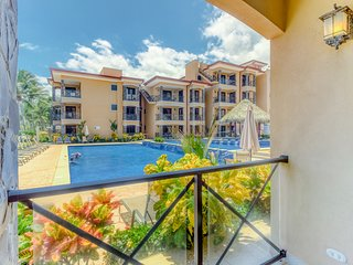 Waterfront resort condo w/ a full kitchen, shared pool, & easy beach access