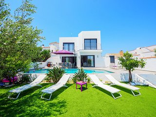 4 bedroom Villa with Pool, Air Con and WiFi - 5810339