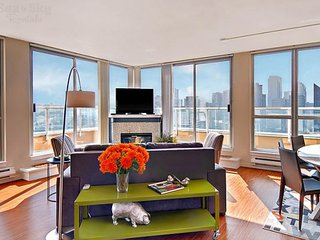 Lake view apartment close to pike place w/ community swimming pool and hot tub