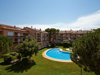 4 bedroom Apartment with Pool, WiFi and Walk to Beach & Shops - 5081522