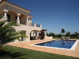 4 bedroom Villa with Pool, Air Con, WiFi and Walk to Shops - 5620903