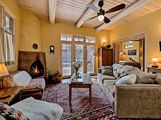 Antonia - Stylish Retreat, blocks from Galleries and Restaurants of Canyon Rd. a