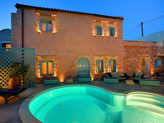 2 bedroom Villa with Pool, Air Con, WiFi and Walk to Shops - 5683632