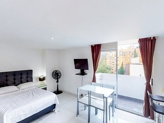 Elegant studio apartment with private balcony - amazing views of Medellin!