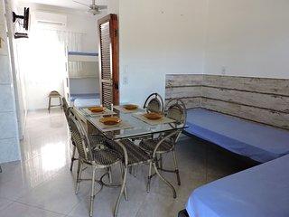 Apartamento 06-C de 1 dormitorio para 6 pessoas a duas quadras da Praia Grande