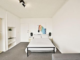St Kilda Flat - Good Heating - Close to Luna Park
