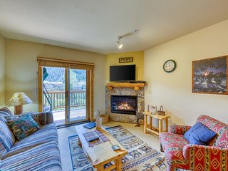 Third-floor condo w/ views & shared hot tub - near Mountain House