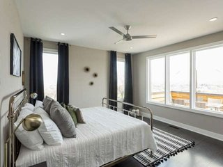 Extended-Stay Executive Housing (31-Day Minimum), Stunning 180-Degree City Views