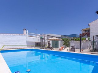 2 bedroom Villa with Pool, Air Con, WiFi and Walk to Shops - 5043264