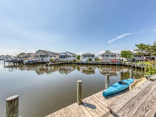 Nautical-themed waterfront getaway w/ full kitchen, furnished patio, & dock