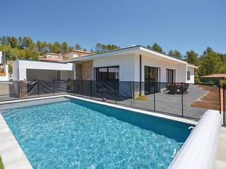 Amazing home in Solies Toucas w/ Outdoor swimming pool, WiFi and 4 Bedrooms (FCV