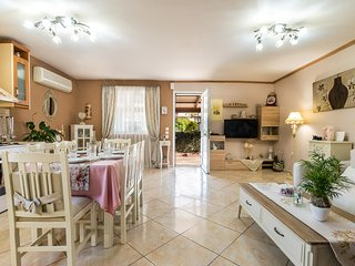 Cozy 2BR home☆heart of town☆next to Skala beach☆peaceful location☆